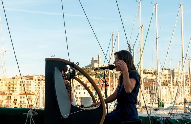 Marieke qui joue sous l'œil bienveillant de La Bonne Mère de Marseille, sainte qui veille sur les marins.
